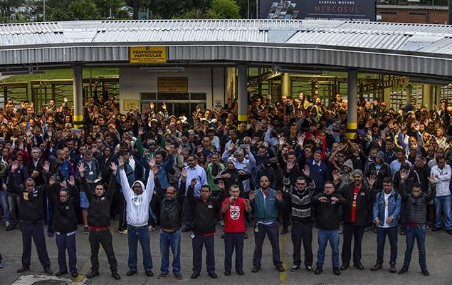 Trabalhadores da GM fazem assembleia sobre a greve geral